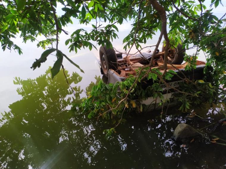 O carro foi resgatado nesta segunda-feira (27) de dentro do lago