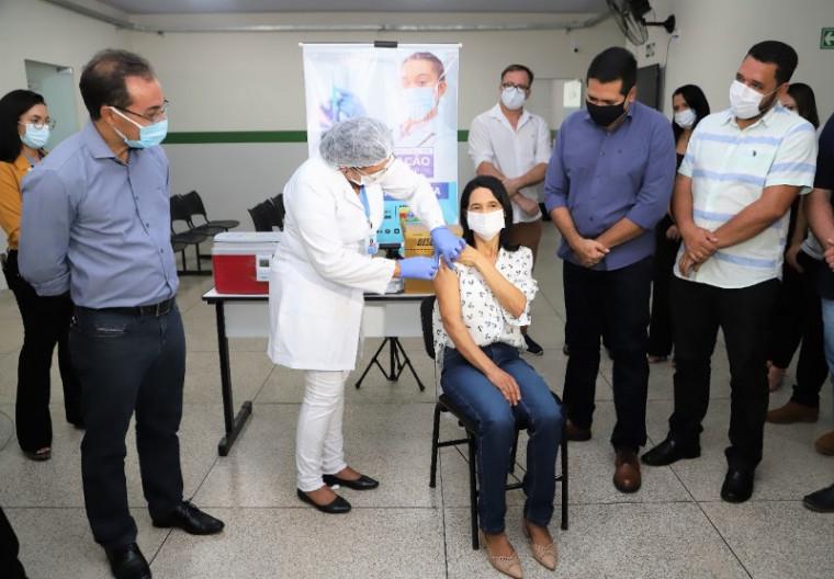 Técnica sendo vacinada