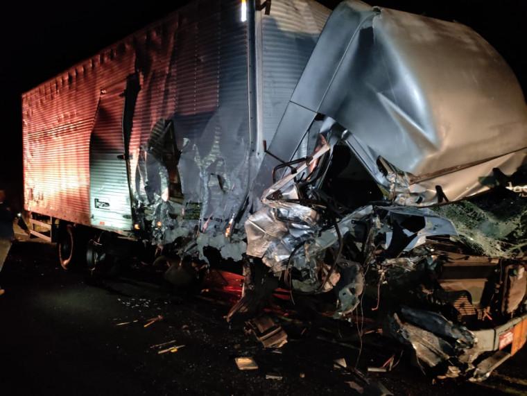 Caminhão baú envolvido no acidente