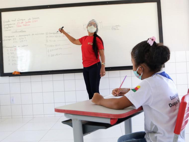 As aulas serão oferecidas pelo sistema semipresencial, com turmas divididas entre dois grupos