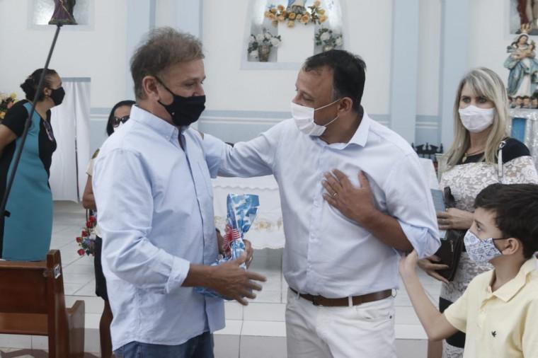 Filho de Siqueira Campos recebendo presente das mãos do prefeito de Arraias (TO)