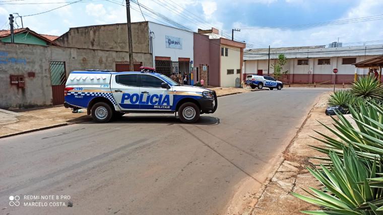 Polícia militar foi acionada para conter homem armado com facão.