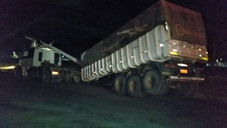 O poste caiu sobre a cabine do caminhão