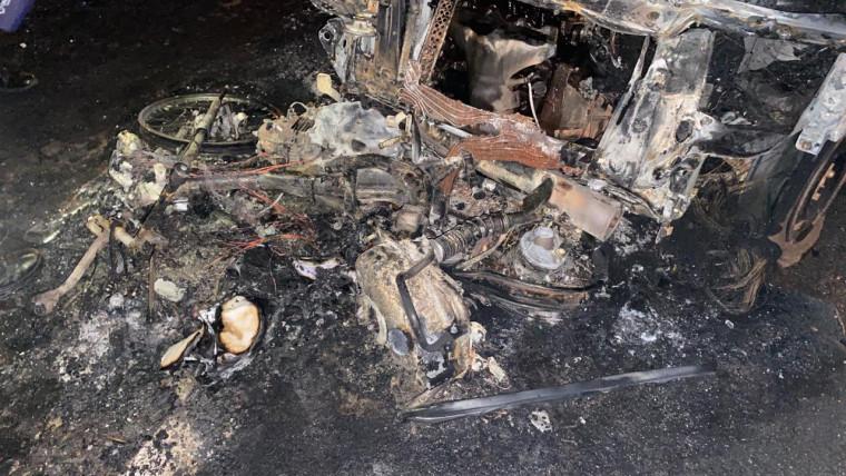 Os dois veículos foram completamente consumidos pelas chamas