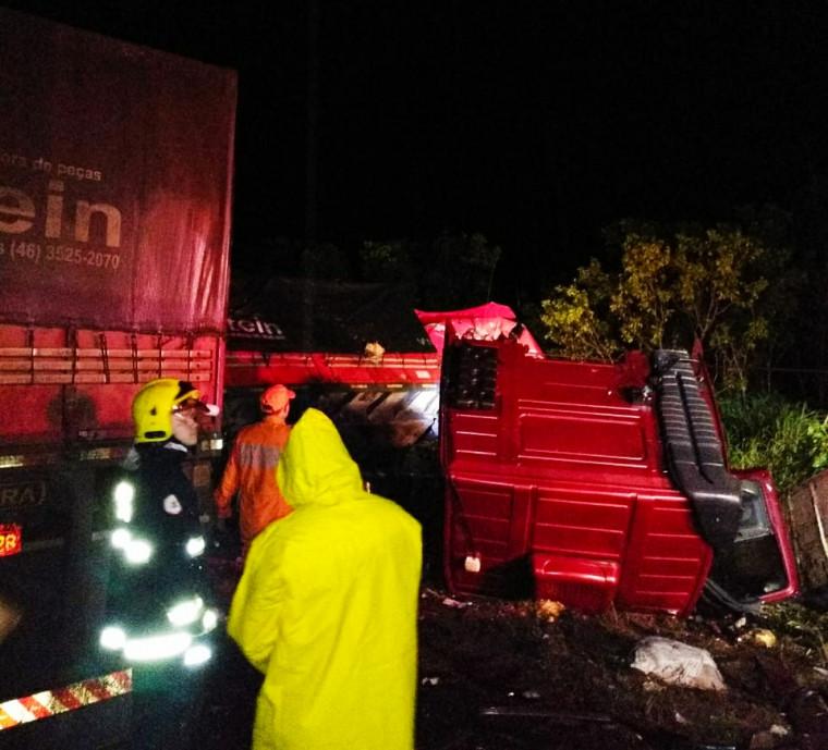O motorista que sofreu ferimentos leves foi socorrido por terceiros