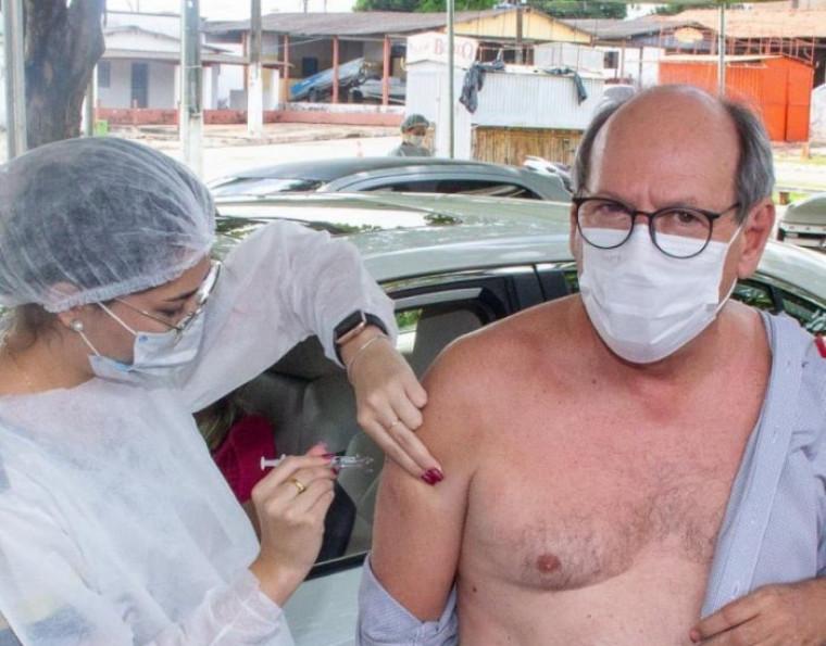 Dimas recebendo a primeira dose da vacina contra a covid-19