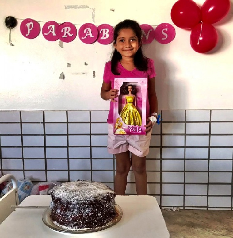 A aniversariante Manuella e o seu bolo