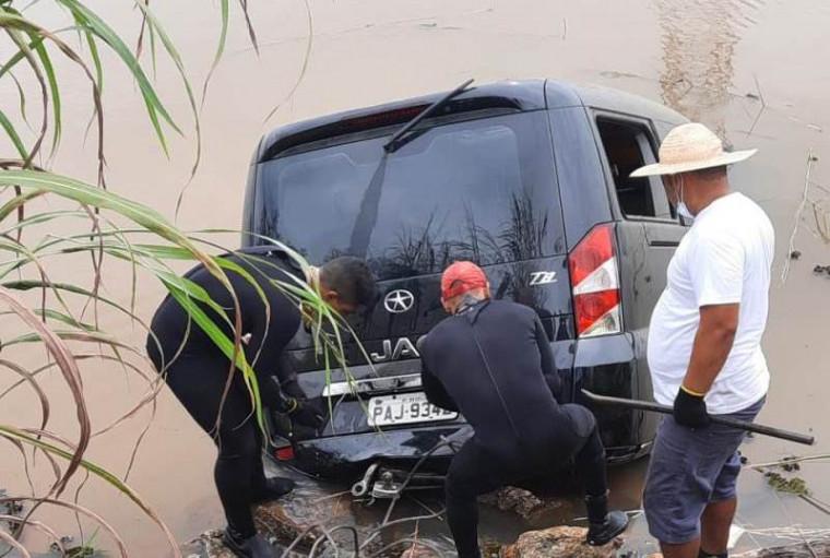 Veículo caiu no Córrego Água Suja, na TO-050