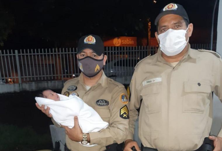 Após o susto, a mãe da criança pediu para os militares tirassem uma foto com a filha nos braços