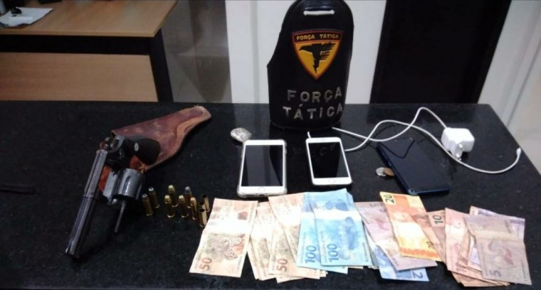 Arma, munições, drogas e dinheiro que estavam com os suspeitos