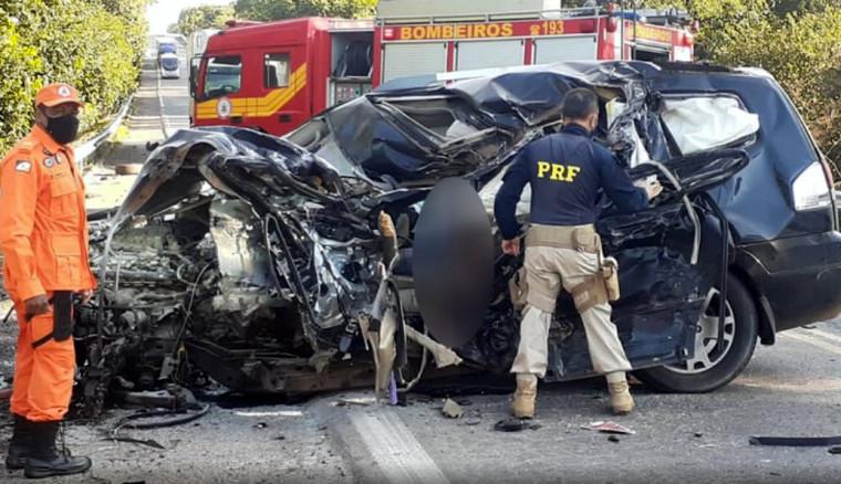 O motorista e seu cachorro que seguiam no carro de passeio morreram na hora