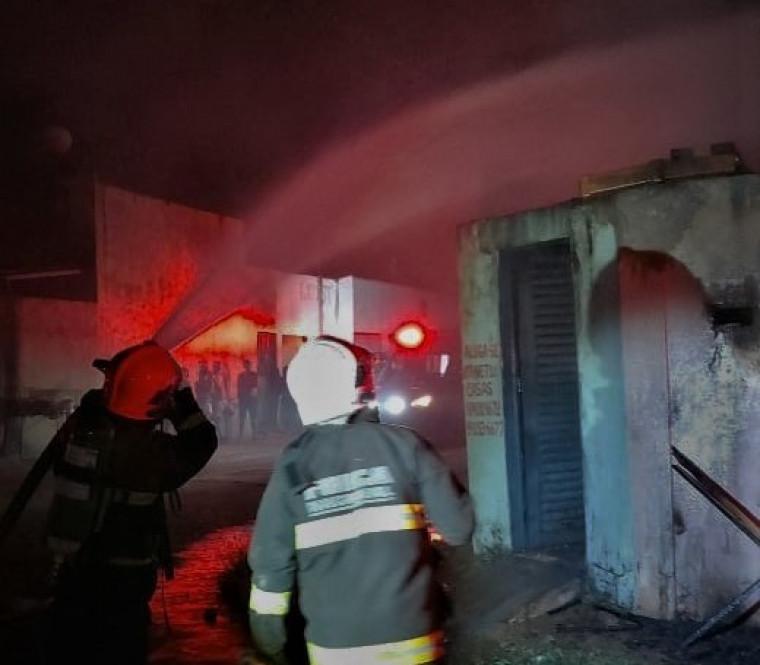 Corpo de Bombeiros combatendo as chamas