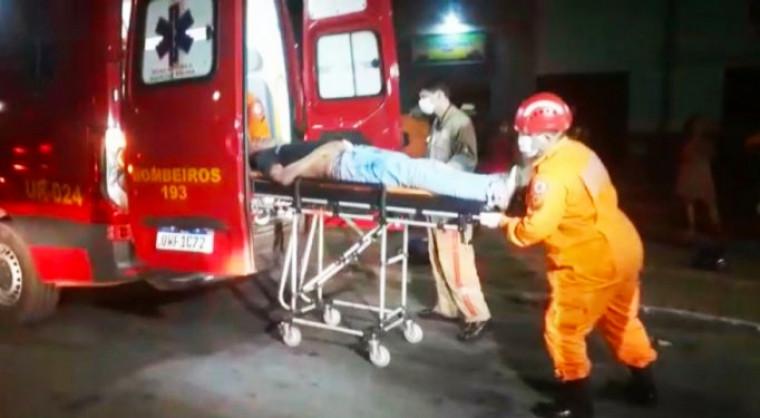 Vitima sendo atendida pelos profissionais do Corpo de Bombeiros