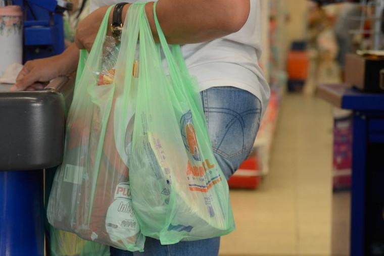 Cliente com sacolas plásticas