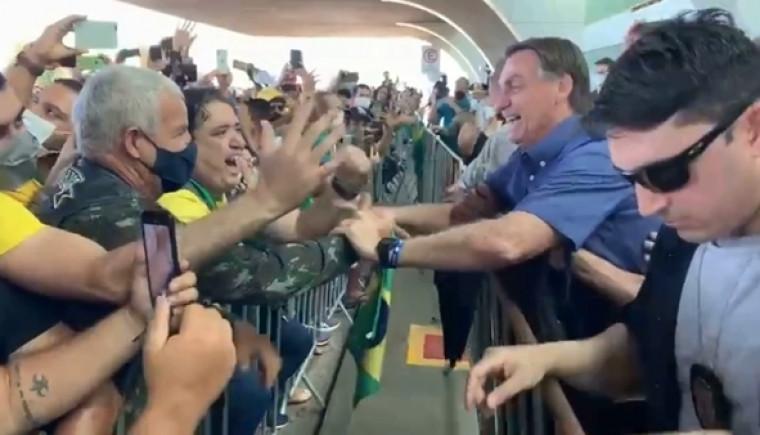 Bolsonaro é recepcionado por militantes em Palmas