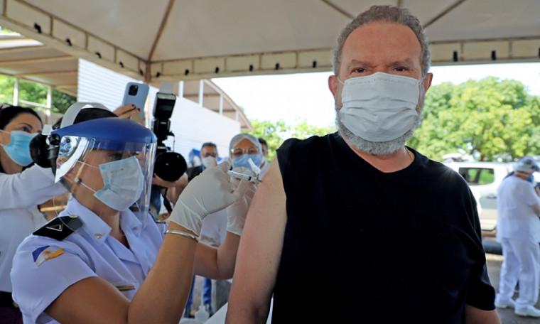 Carlesse sendo vacinado