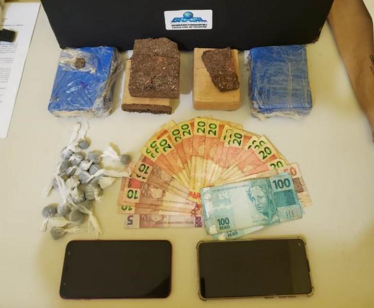 Drogas e dinheiro apreendidos pela polícia