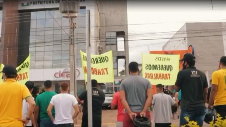 Manifestantes em frente a prefeitura