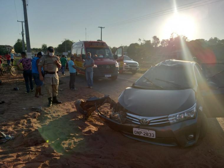 A colisão matou o motociclista e uma passageira presa as ferragens