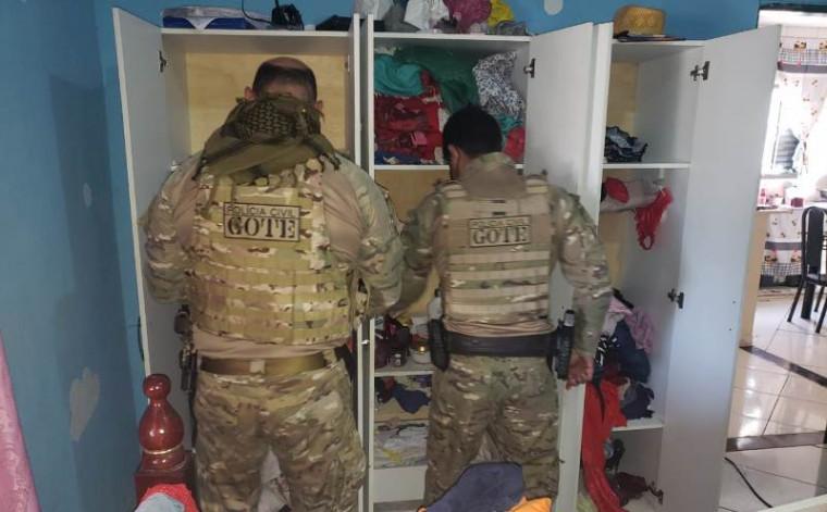Policiais na casa do suspeito
