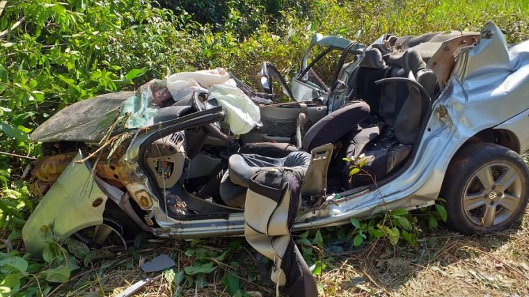 Veículo teve o teto arrancado no acidente