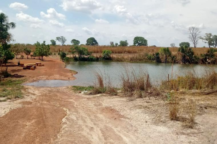 Lixão fica a menos de 200 metros de uma lagoa
