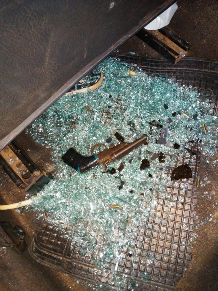 Arma de fogo encontrada no interior do carro