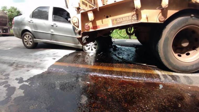 Veículo de passeio colidiu na traseira do caminhão