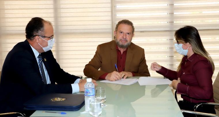 Governador assinando o contrato