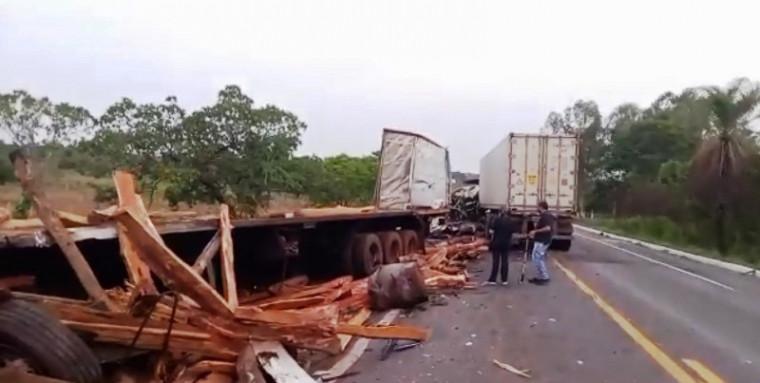 A carreta ficou completamente destruída