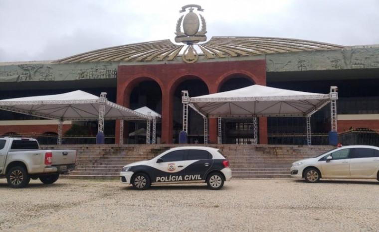 Polícia Civil no Palácio Araguaia durante operação
