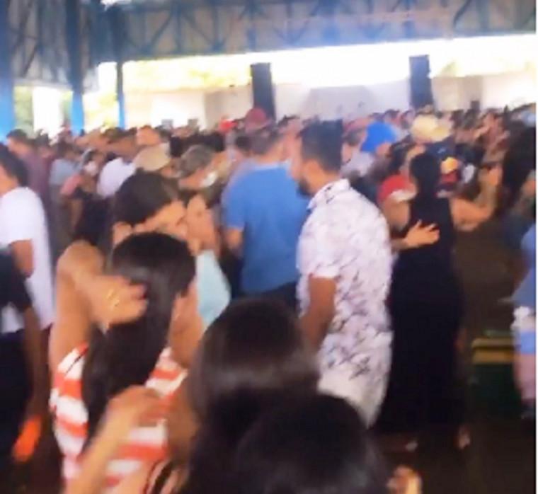 Festa com centenas de pessoas aglomeradas e sem máscaras