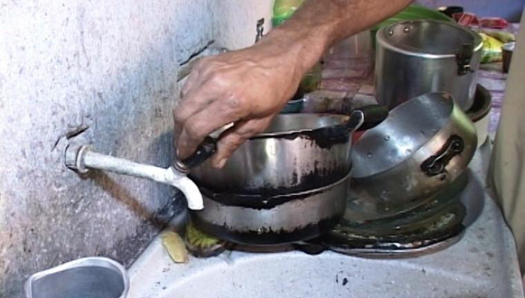 Moradores vivem sem uma gota de água nas torneiras