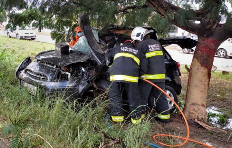 Os bombeiros precisaram usar equipamentos para resgatar o corpo das vítimas