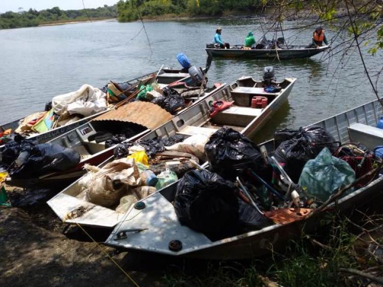 Voluntários recolheram lixo deixado nos acampamentos, nas margens e no rio Araguaia