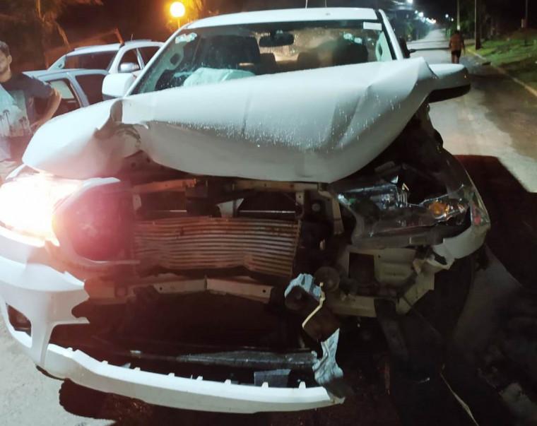 Carro do ex-prefeito ficou com a frente totalmente danificada