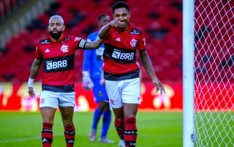 Camisetas estão autografadas por jogadores do clube carioca