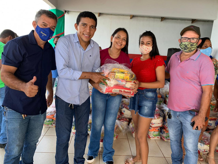 Entrega de cestas básicas em Carmolândia