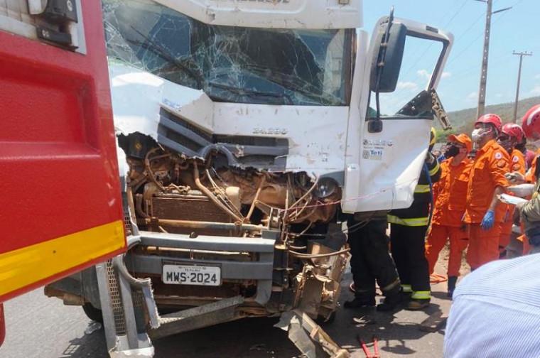 Cabine do caminhão ficou parcialmente destruída