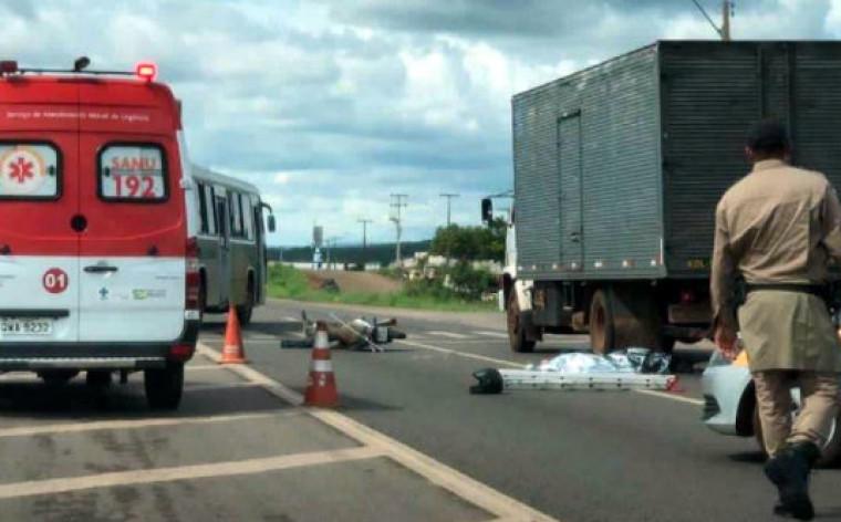 Com o impacto o capacete saiu da cabeça do motociclista e ele bateu com a cabeça no asfalto