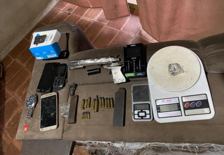 Munições, celulares e outros objetos apreendidos