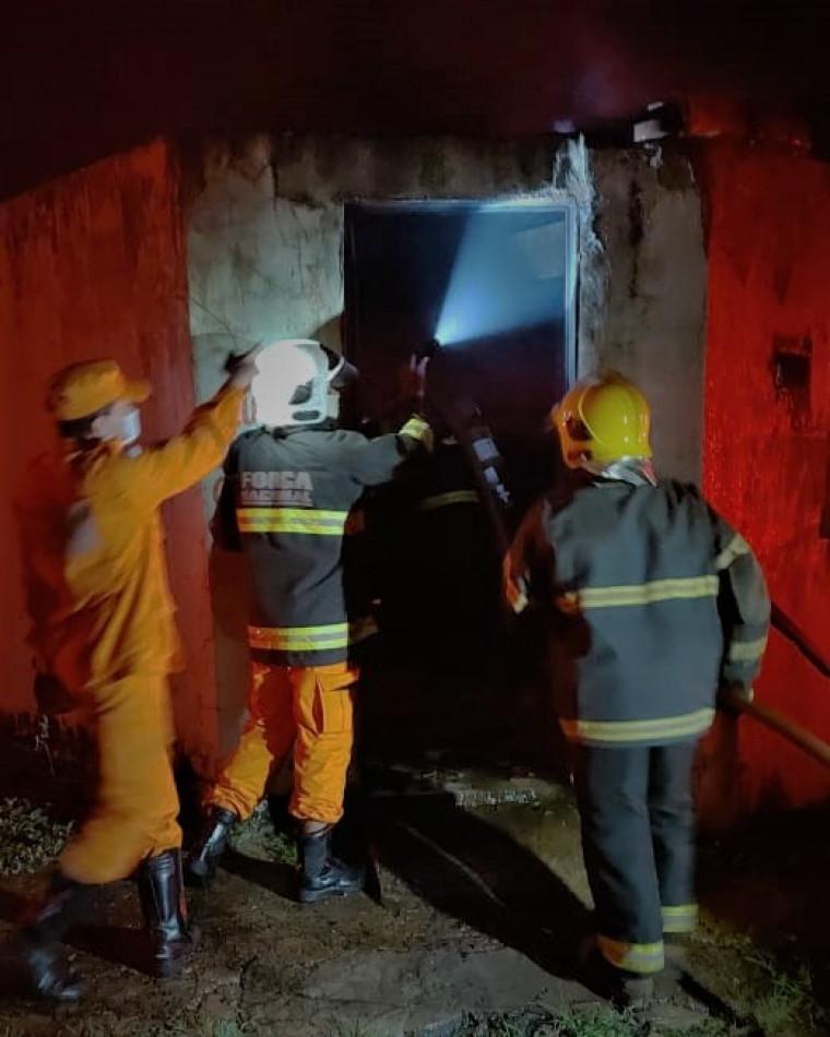 Os bombeiros foram acionados às 02h30